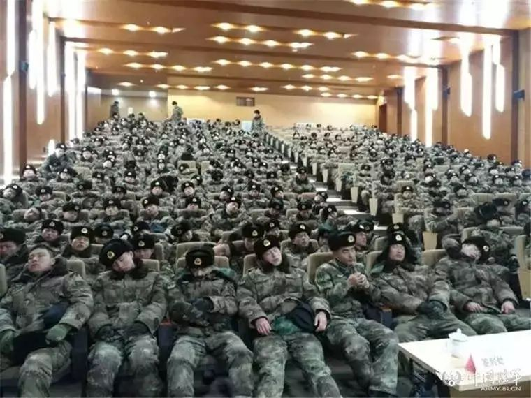 ∆ 2018年,严寒中连夜铲冰除雪完成任务后的官兵在短暂休息。