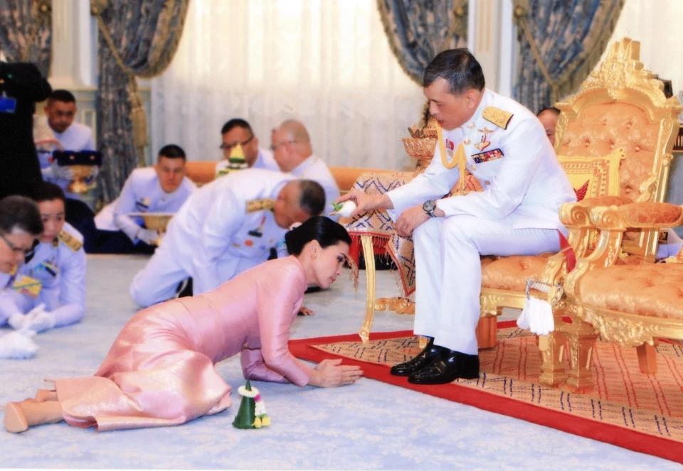 苏提达王后册封仪式现场。(图源:《每日邮报》)