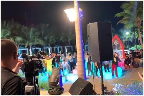 视频截图:萧敬腾在一期节目中献唱《朋友》,观众在意识到突然开始下雨后起立欢呼