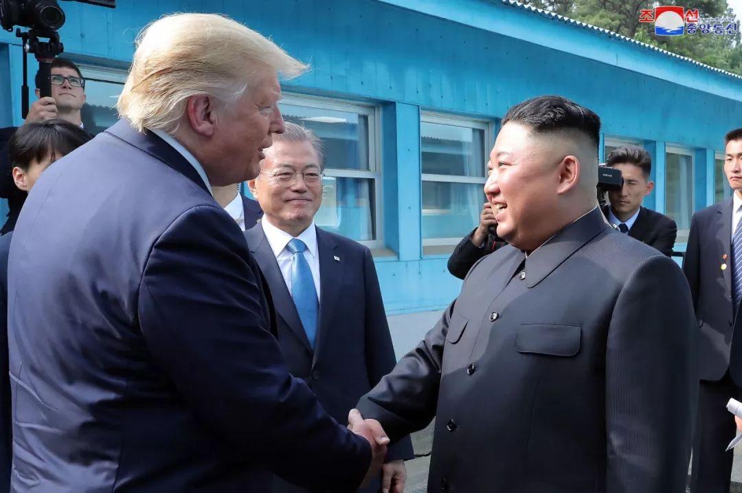 2019年6月30日,朝鲜最高领导人金正恩与美国总统特朗普在板门店举行历史性会晤与会谈。新华社/朝中社