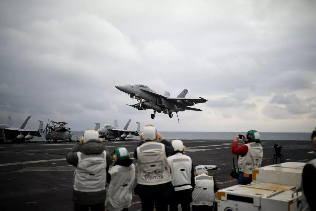 """2017年3月14日,在韩国东部海域举行的韩美联合军演期间,一架F-18战斗机准备在""""卡尔·文森""""号航母上着陆。新华社/路透"""