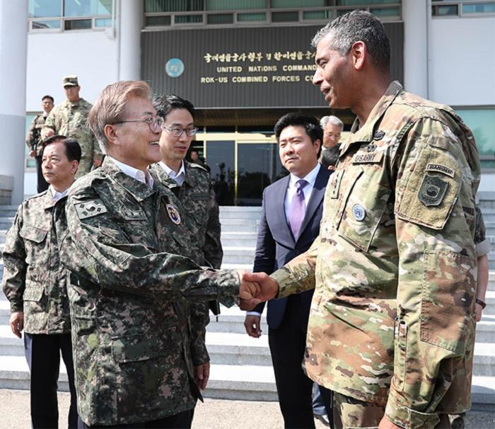 文在寅当选韩国总统后,首次访问韩美联合司令部。(青瓦台)