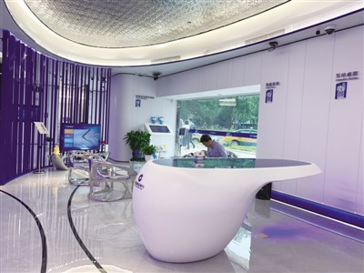 """""""5G+智能银行""""内部划分不同的功能区,包括金融超市、智能柜员机、金融太空舱、智能家居、远程互助娱乐终端、互动桌面等区域 范佳慧 摄"""