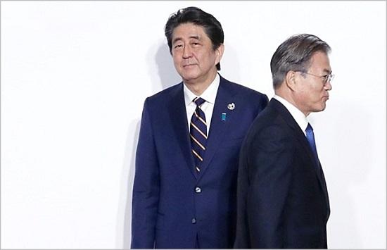 日本G20峰会后,文在寅与安倍简单握手后离开。(韩联社)
