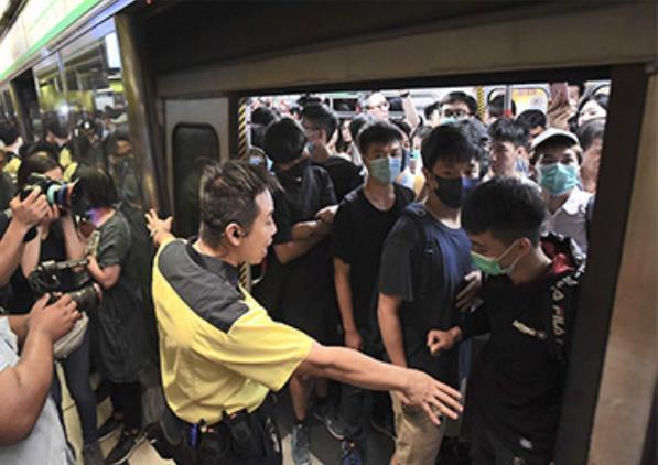 香港地铁遭人恶意堵门(图/香港媒体)
