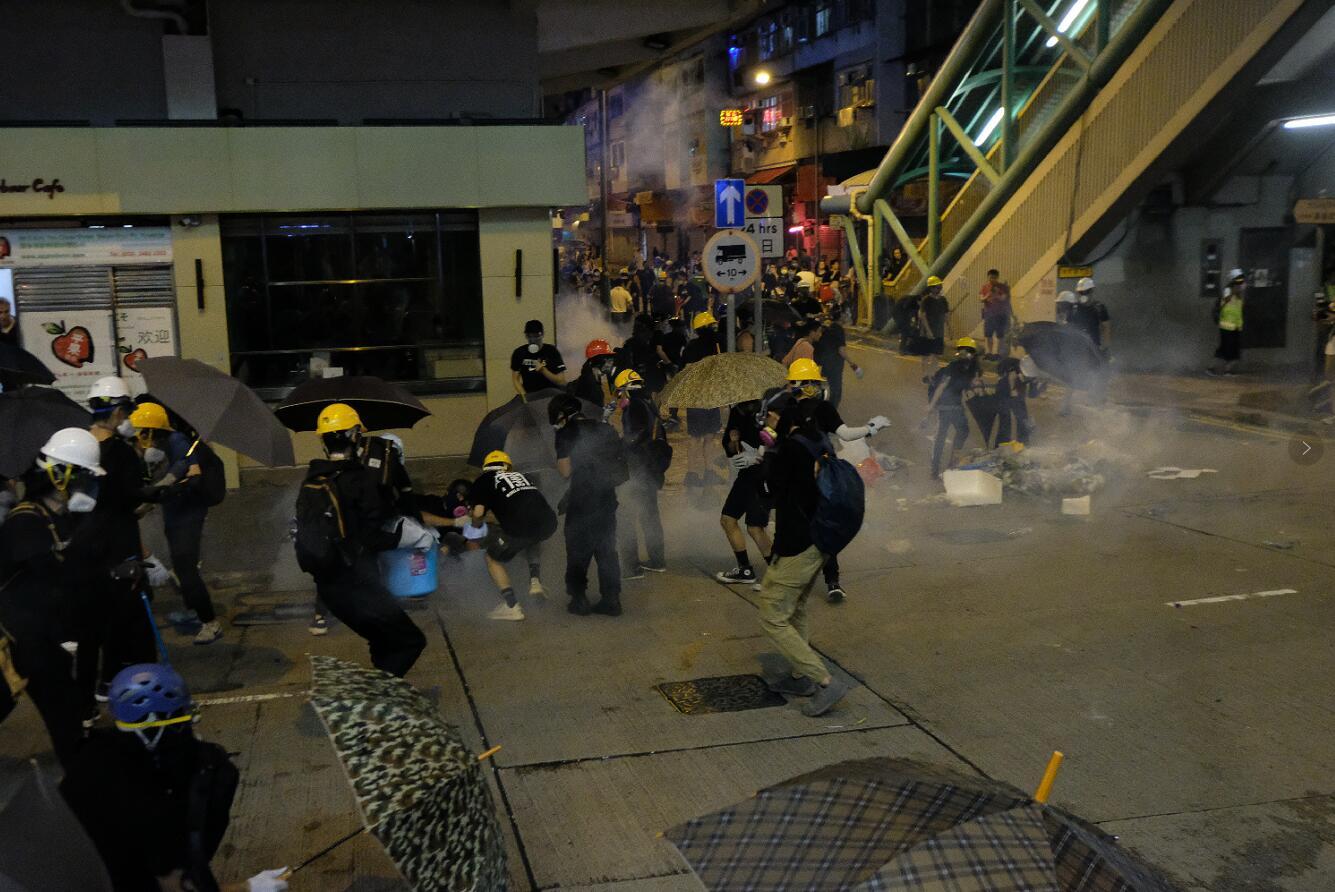 暴徒冲击深水埗警署,警方施放催泪弹(来源:港媒)