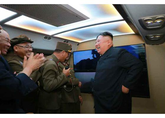 6日凌晨,金正恩观摩新型战术导弹发射(《劳动新闻》)