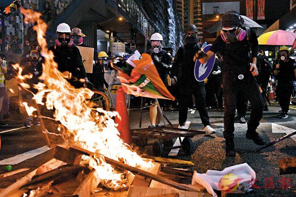 暴徒在铜锣湾街头纵火(来源:文汇报)