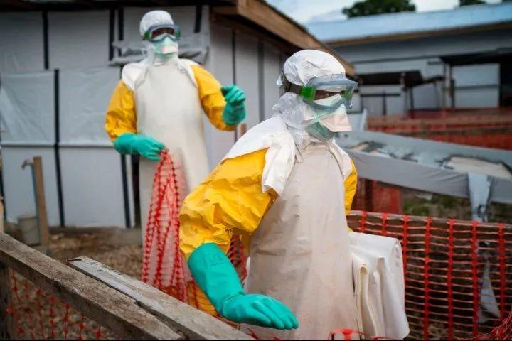 2019年7月13日,在刚果(金)贝尼,工作人员在一处治疗中心工作。新华社/美联