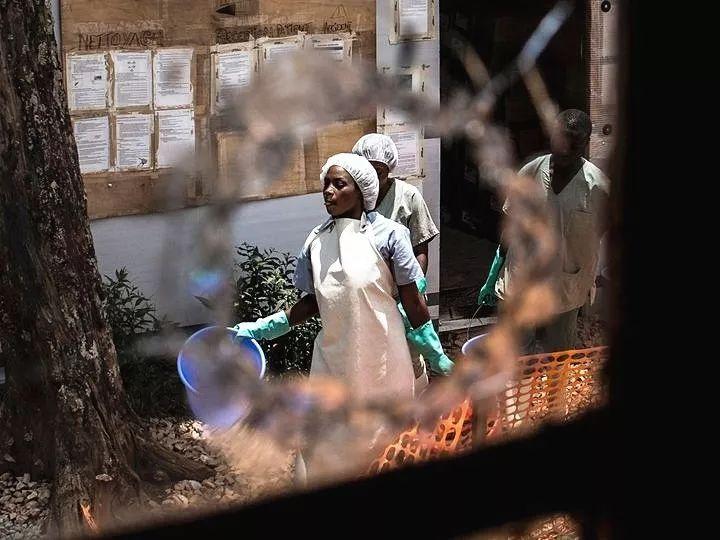 2019年3月9日,在刚果(金)东部城市布滕博,医务人员在遇袭后的埃博拉治疗中心工作。新华社/法新