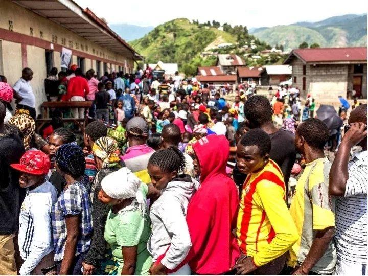 2018年12月30日,在刚果(金)萨凯,选民在一处投票站排队准备投票。新华社/法新