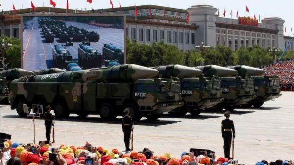 原料图片:参添2015年中国抗制服利日阅兵的东风-21D导弹发射车方队。