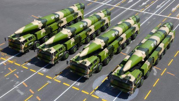 原料图片:阅兵式上的中国东风-26弹道导弹发射车方队。(图片来源于网络)