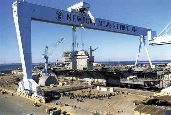 """质料图片:美国纽波特纽斯造船厂建筑""""里根""""号航母。(图片来源于网络)"""