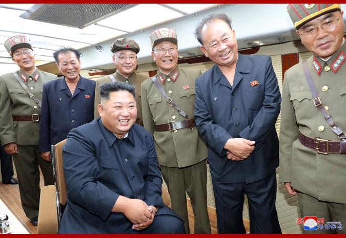 金正恩指导新型武器试射(图源:朝中社)
