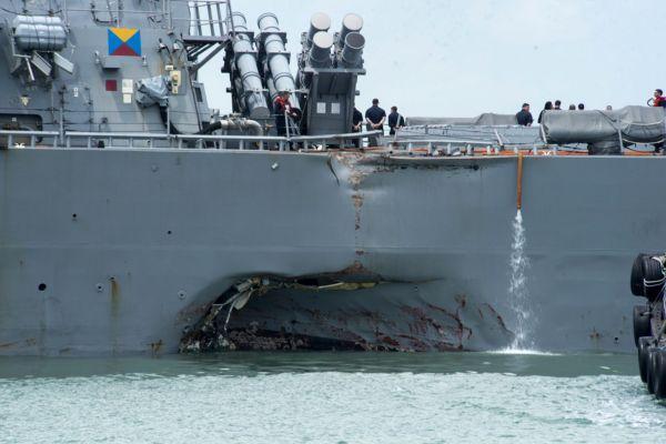"""""""约翰·麦凯恩""""号的舰体被撞了一大洞 图片来自美国《华盛顿观察家报》网站"""