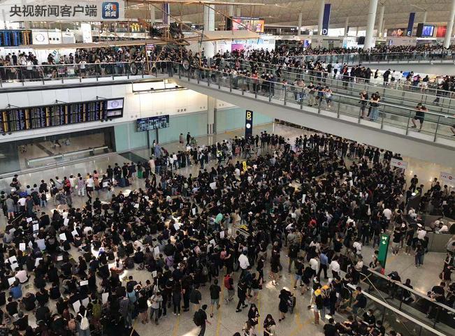 大量黑衣人堵塞香港国际机场 致今日航班大量取消