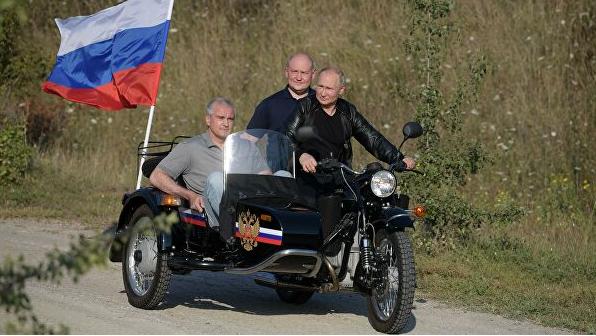 普京骑摩托亮相克里米亚车展(图源:俄新社)