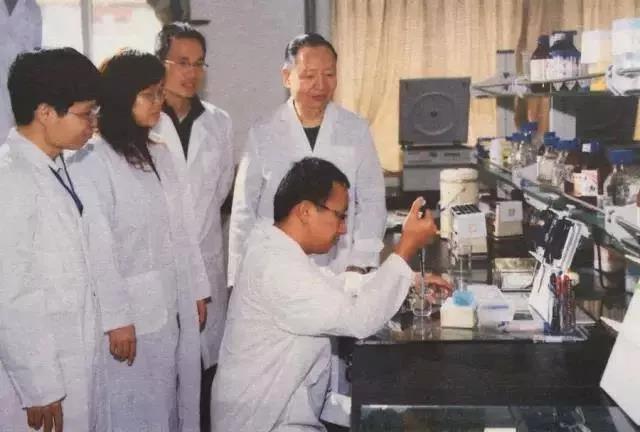 2008年,卢永根在实验室指导学生 图源:南方日报