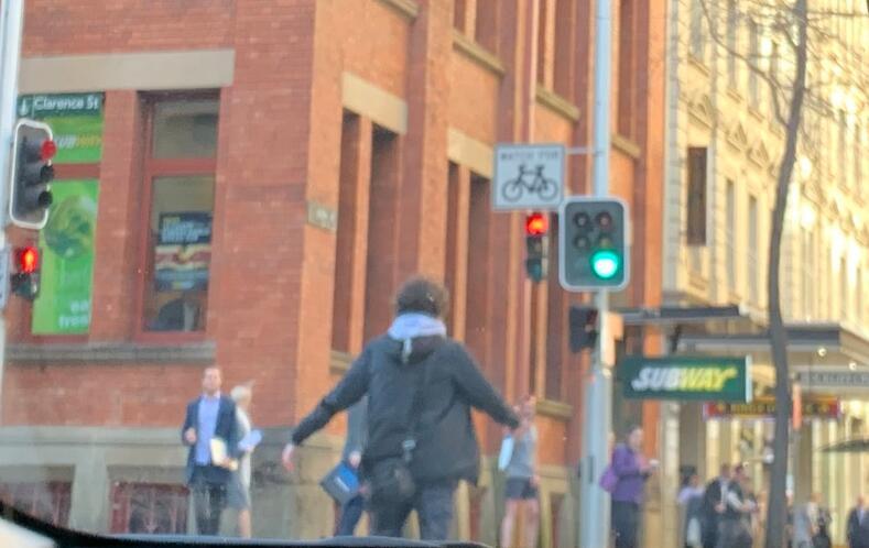 图为路人拍下的持刀男子。(图:社交平台推特)