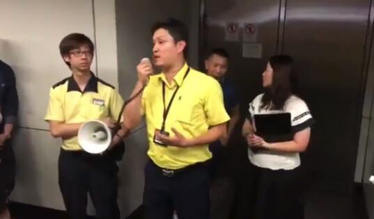 香港非法示威者霸占地铁 却嫌热齐声大喊:开冷气