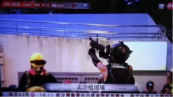 图为媒体拍摄到持有仿真枪械的暴力分子
