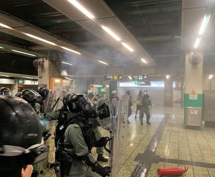 地铁站内暴乱现场 图自港媒