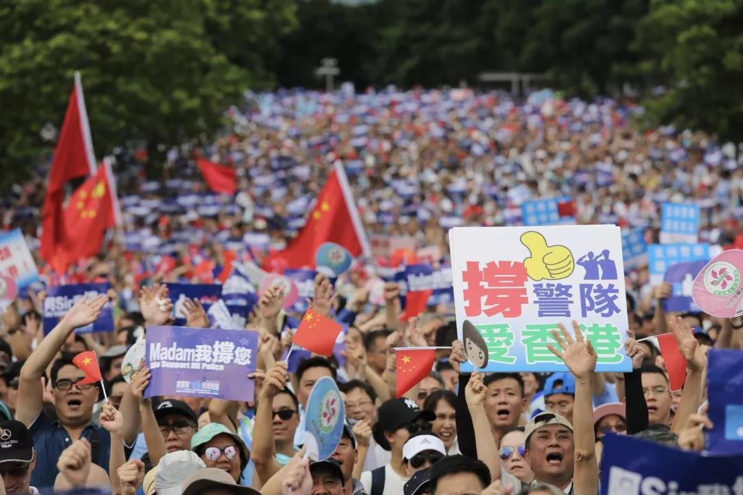 大批香港市民上街撑警队(中新社)