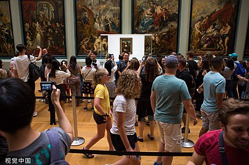 当地时间2019年7月18日,法国巴黎,人们在梅第奇廊欣赏达·芬奇的名画《蒙娜丽莎》。(视觉中国)