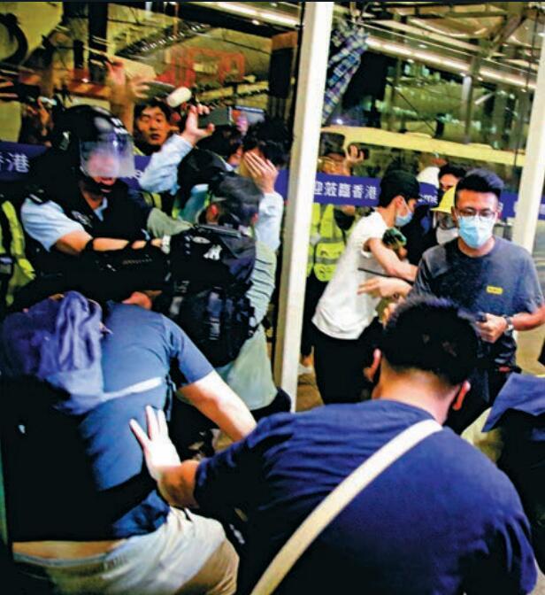 警员被迫举枪自卫。(图:文汇报)