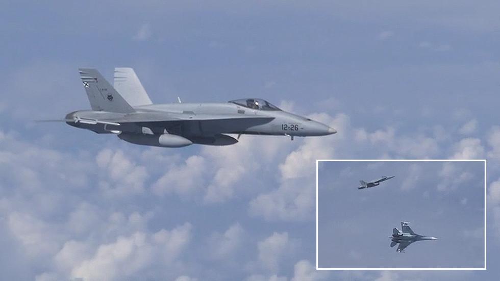 13日,一架北约F-18战机试图靠近俄国防部长的专机。(图源:今日俄罗斯)