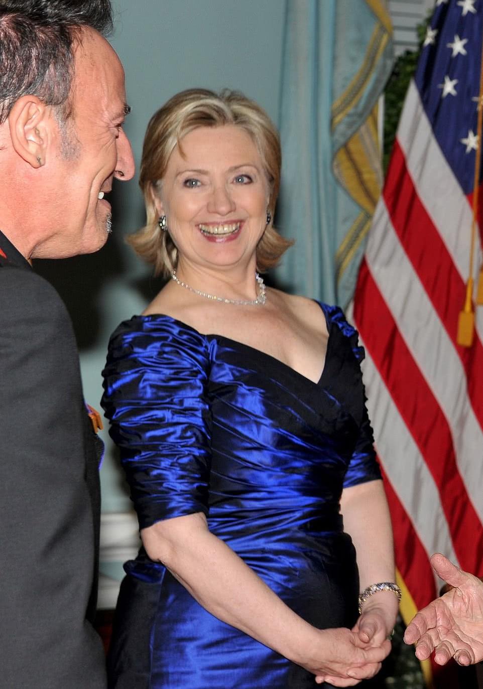希拉里·克林顿曾穿过一件与画中相似的蓝色裙子。(图自社交媒体)