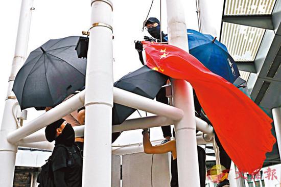 暴徒在同伙协助下,把国旗取下并抛进海中。(来源:文汇报)