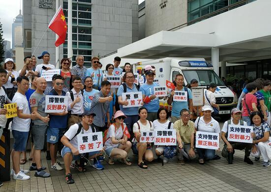市民展现声援警察、指斥暴力的标语(图源:《香港商报》)