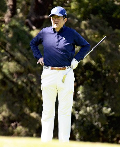 安倍此前打高尔夫球的照片。(图源:读卖新闻)