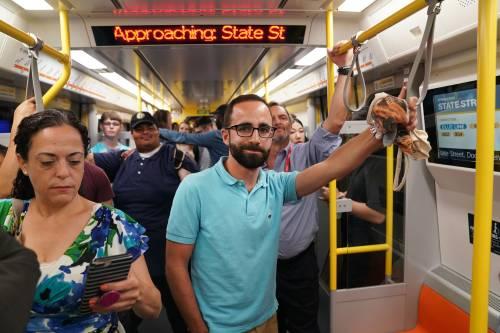 图为8月14日,在美国马萨诸塞州波士顿,乘客搭乘刚刚投入使用的新型地铁列车。新华社