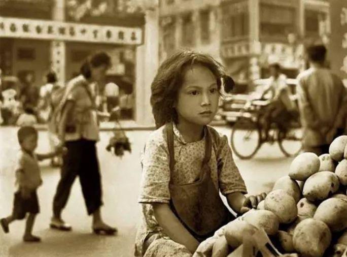 1950年帮工马铃薯的女孩