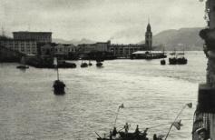 1938年香港港湾里乞讨者们将一艘邮轮团团围手持带网兜长杆乞讨