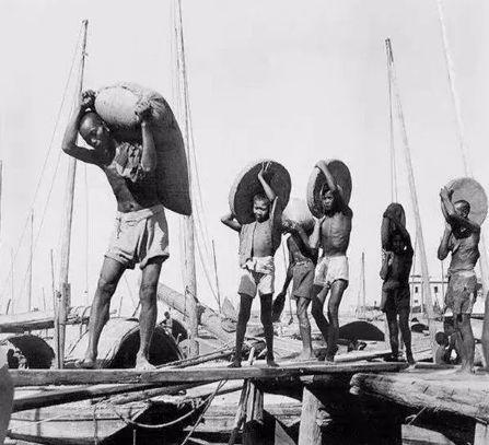 1946年裝卸货物的苦力,这里有很多未成年孩子