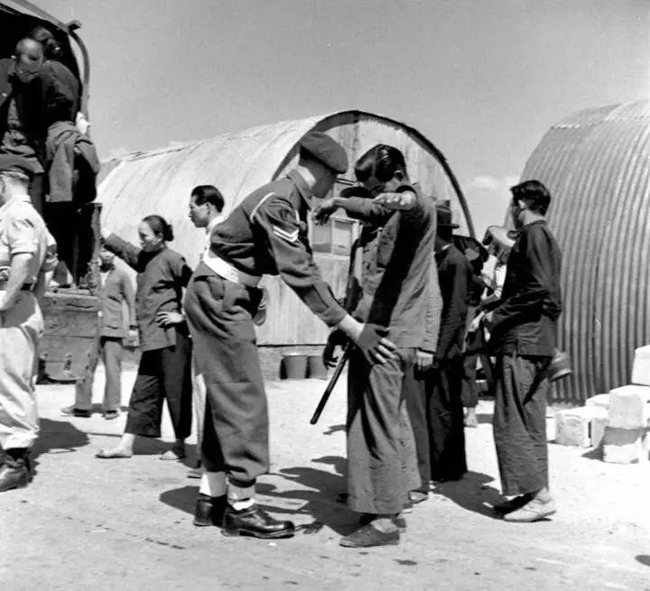 20世纪40年代英籍警察对华人搜身