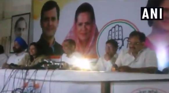印度官员记者会吹电力成就 现场突遭停电哄堂大笑