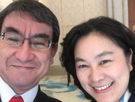 河野太郎与华春莹在2018年的合影(图源:推特)