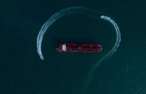 """7月21日,在伊朗霍尔木兹海峡附近,伊朗伊斯兰革命卫队的船只在""""史丹纳帝国""""号油轮周围巡逻。新华社/伊朗弟子通讯社"""