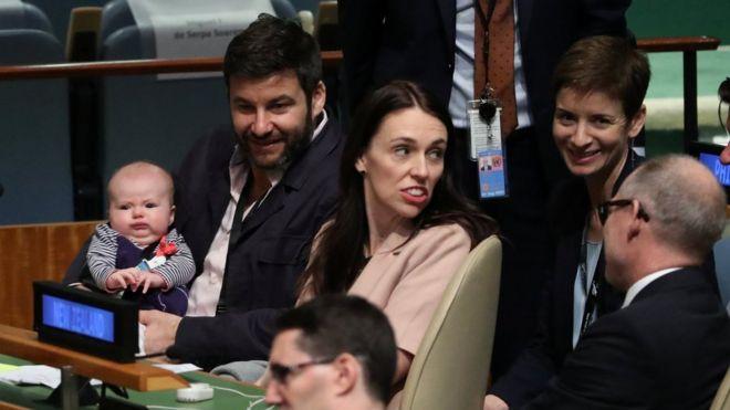 新西蘭總理在紐約聯合國大會上帶著剛出生不久的女兒一同開會。(圖源:路透社)