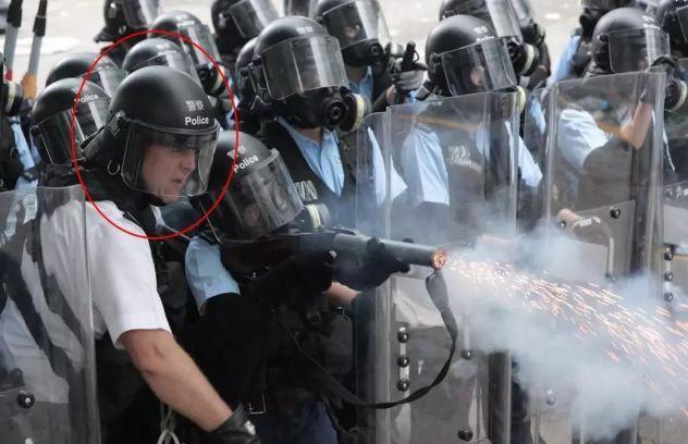 薛镇廷(红圈标识)下令施放催泪弹。