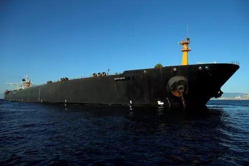"""这是8月18日在直布罗陀海峡拍摄的伊朗油轮""""阿德里安·达里亚一号""""。新华社/路透"""