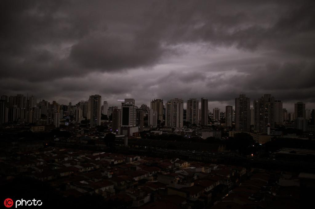 8月19日的圣保罗,当天这座城市下起了黑色的雨 @东方IC