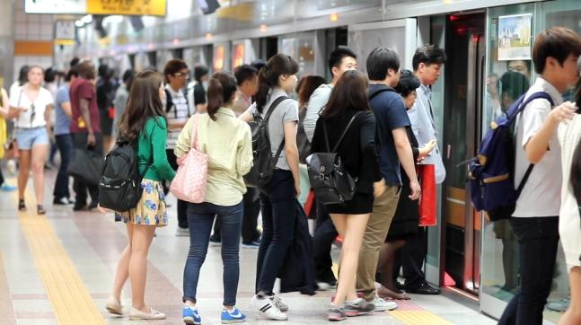 正在乘坐地铁的首尔居民(《韩民族日报》)
