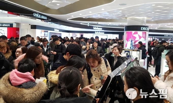 韓國免稅店化妝品賣場,擠滿外國游客