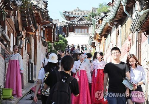 中國游客穿韓服在首爾自拍(韓聯社)